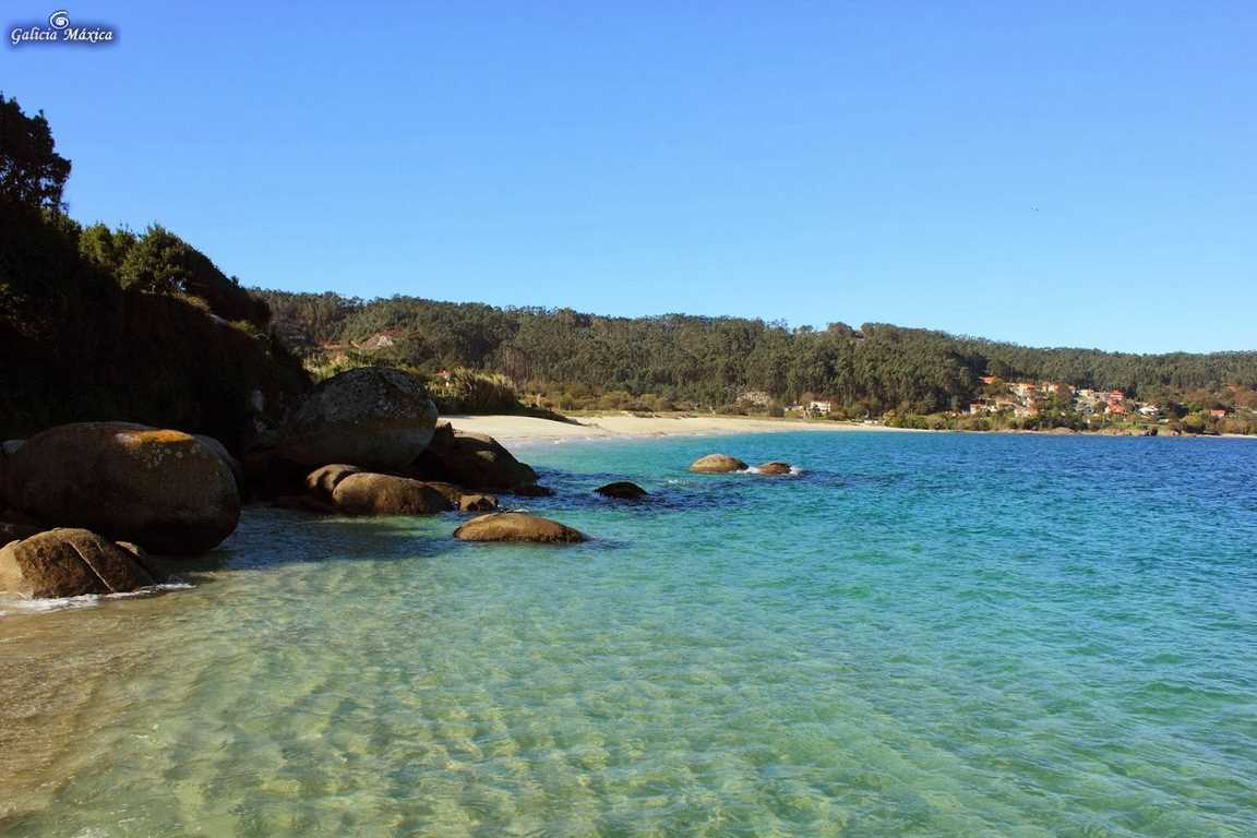 Playa con bandera zaul