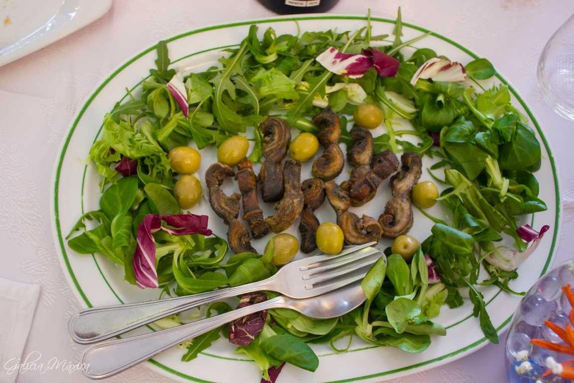 Plato de lamprea frita con ensalada