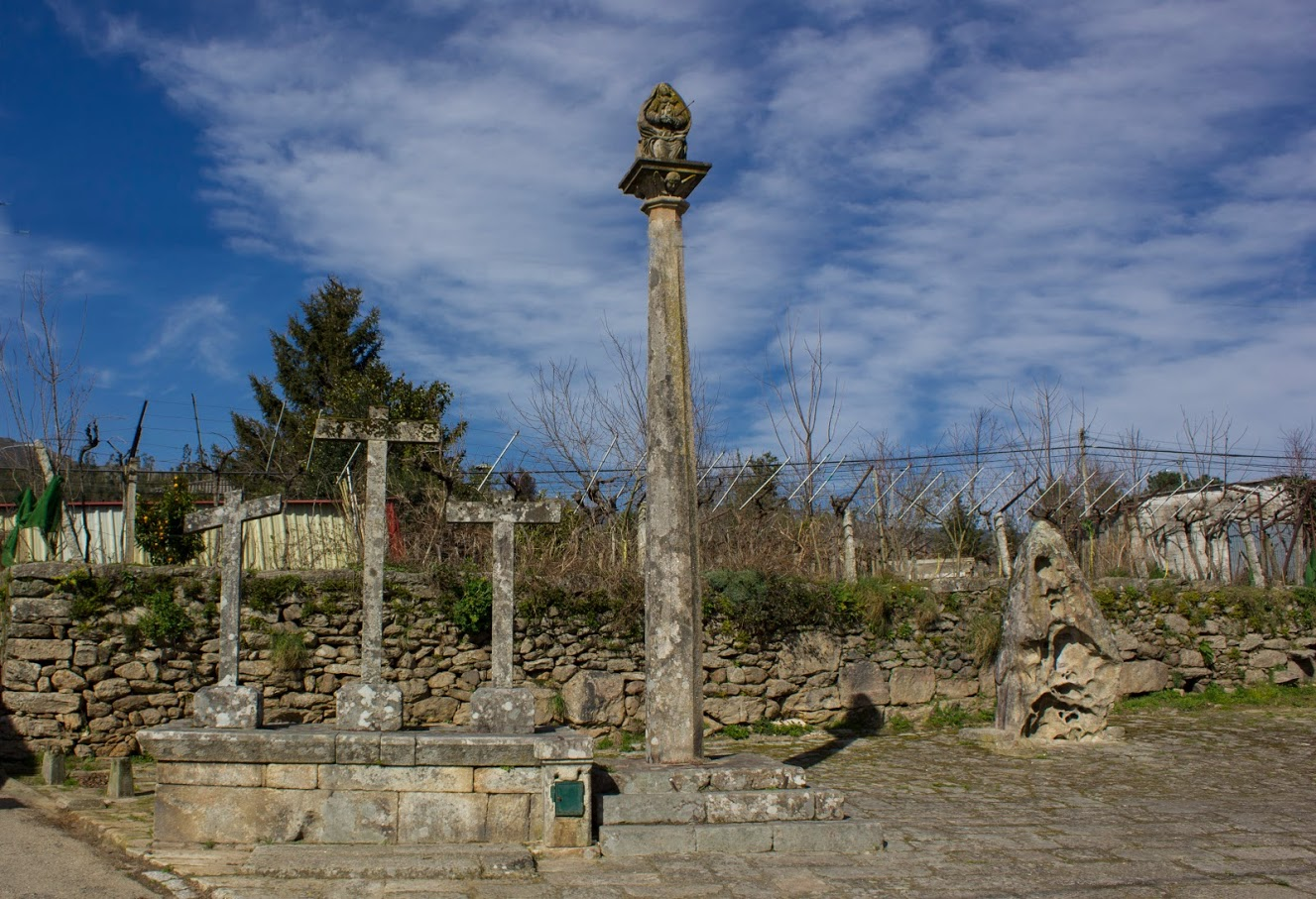Plaza y calvario de Barcela en Arbo