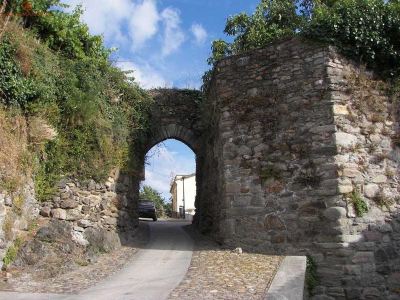 Puerta y murallas