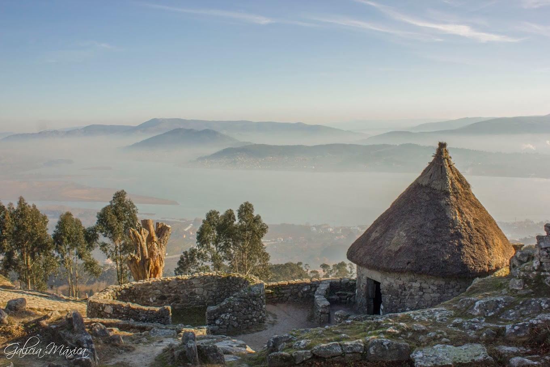 Vivienda castrexa rehabilitada y valle del Miño y Portugal