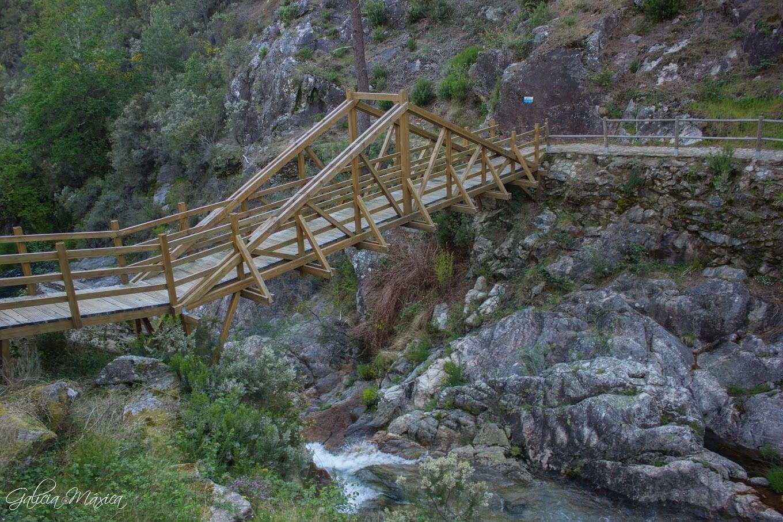 Puente de madera sobre O Tamuxe